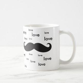 Eu amo os mustaches. caneca de café
