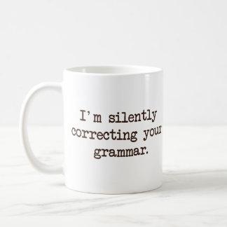Eu estou corrigindo silenciosamente sua gramática caneca