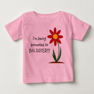 Eu estou sendo promovido ao Tshirt da criança da