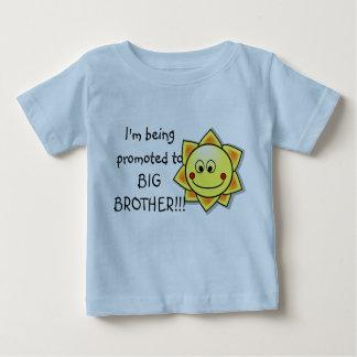 Eu estou sendo promovido ao Tshirt da criança do