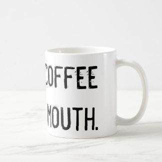 Eu preciso o café para minha caneca da boca