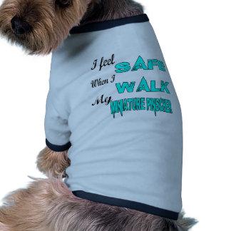 Eu sinto seguro com meu Pinscher diminuto Camisa Ringer Para Cachorro