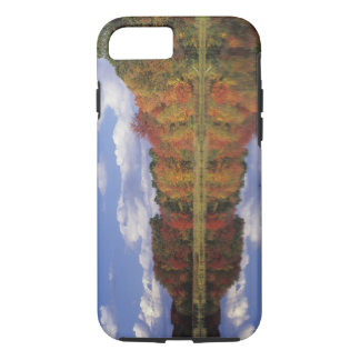 EUA, Massachusetts, Acton. Reflexão do outono Capa iPhone 7