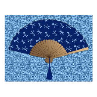 Fã japonês, teste padrão da libélula, azul cobalto cartão postal