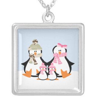 Família militar do pinguim colar com pendente quadrado