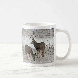 Fanfarrão e gama dos cervos de mula caneca de café