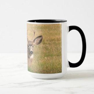 Fanfarrão na caneca de café da grama