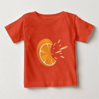 Fatia alaranjada da fruta no t-shirt do jérsei da