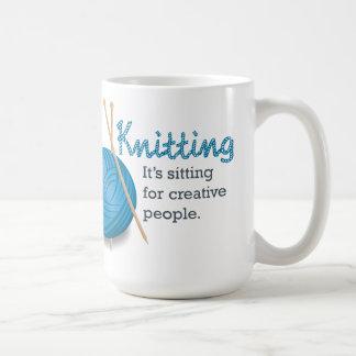 Fazê-lo malha… está sentando-se para povos caneca de café