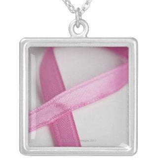 Feche acima da fita da consciência do cancro da ma colar personalizado