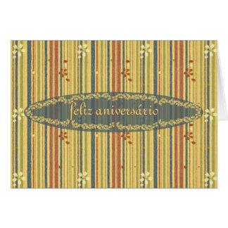 Feliz aniversario no português, nas listras e nas cartão comemorativo