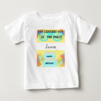 Feliz aniversario - o menino o mais fresco - camiseta para bebê