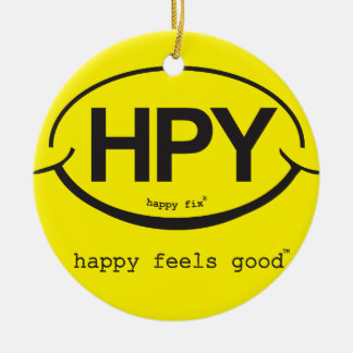 Feliz sente bons enfeites de natal