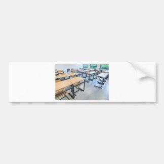 Fileiras das mesas e das cadeiras na sala de aula adesivo para carro