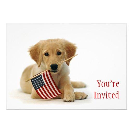 Filhote de cachorro dourado e bandeira americana convite