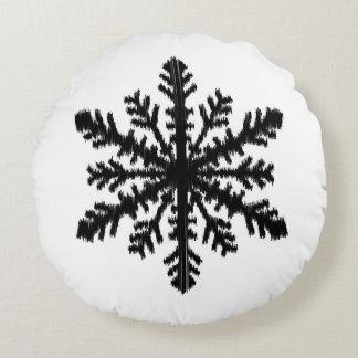 Floco de neve de Ikat - branco e preto Almofada Redonda