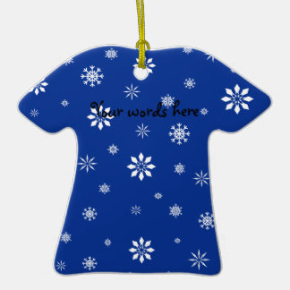 Flocos de neve azuis e brancos ornamento de cerâmica camiseta