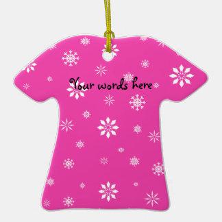 Flocos de neve cor-de-rosa e brancos ornamento de cerâmica camiseta