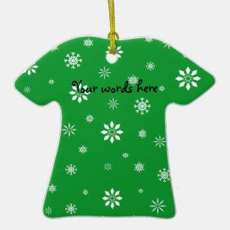 Flocos de neve verdes e brancos ornamento de cerâmica camiseta
