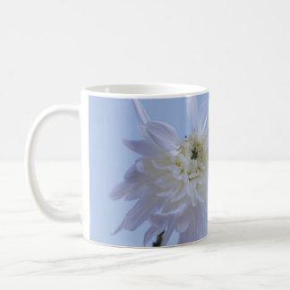 Flor branca contra o céu azul caneca de café