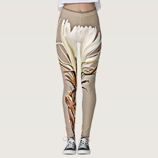 Flor branca do cacto nas caneleiras das mulheres leggings
