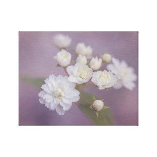 Flores brancas delicadas com fundo roxo impressão em canvas