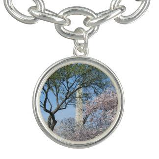 Flores de cerejeira e o monumento de Washington na Braceletes