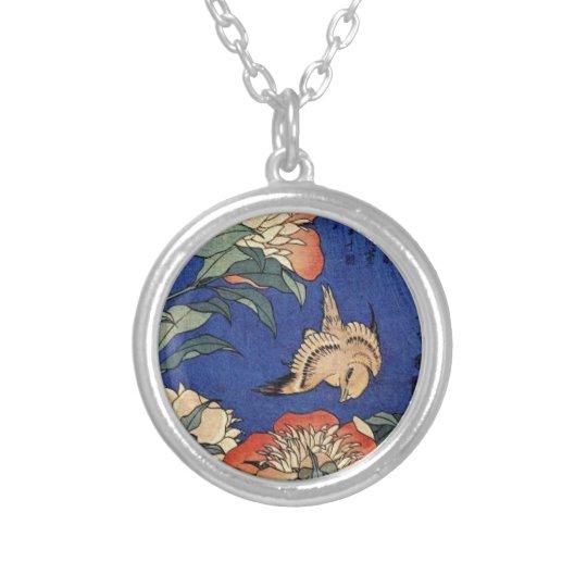 Flores e um pássaro colar banhado a prata