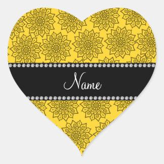 Flores intrincadas amarelas conhecidas adesivo em forma de coração