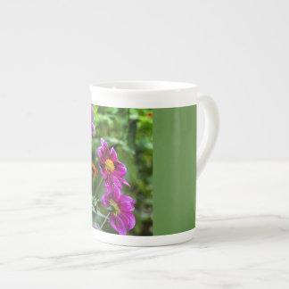 Flores vívidas xícara de chá