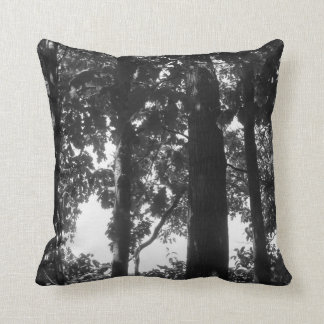 Floresta preto e branco travesseiro de decoração