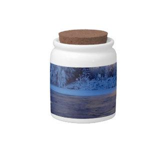 Fluxo do gelo do rio da natureza jarros de doces