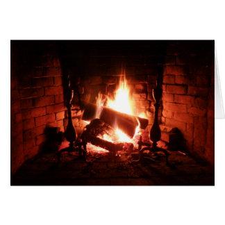 Fogo na lareira que queima-se brilhantemente cartao