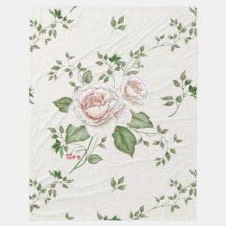 Folhas verdes dos rosas brancos cobertor de velo