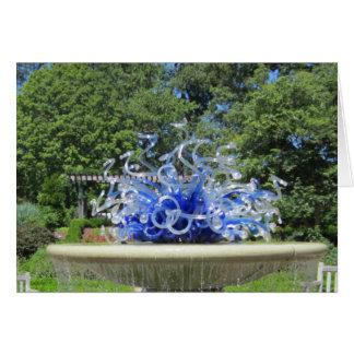 Fonte da escultura e cartão com fotos azuis das