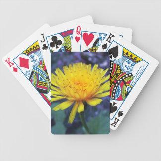 foto da flor do açafrão na luz cartas de baralhos