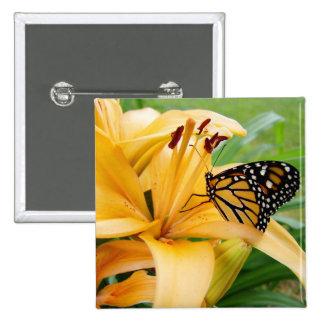Foto da flor do lírio do amarelo da borboleta de m bóton quadrado 5.08cm