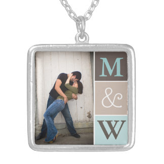 Foto do casal do amor & colar do monograma das ini