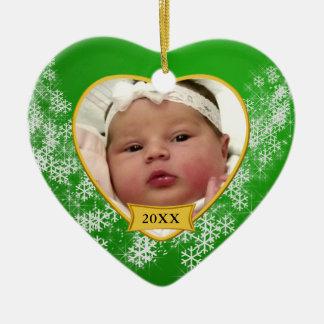 Foto do Natal do bebê verde nevado primeira Ornamento De Cerâmica Coração