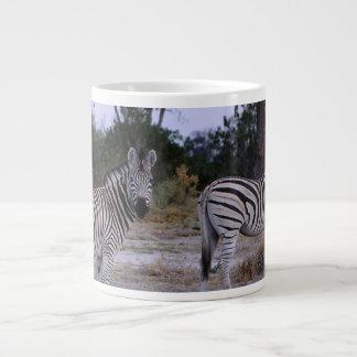 Foto do olhar duas vezes da zebra caneca de café gigante