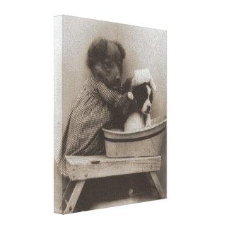 Foto engraçada do banho do cão dos filhotes de impressão em tela