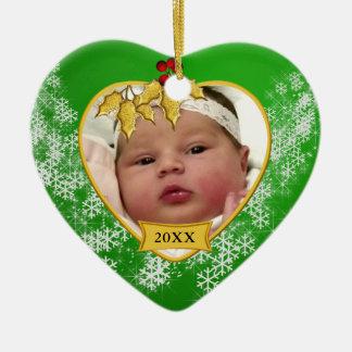 Foto nevado do Natal do bebê do verde e do ouro ?a Ornamento De Cerâmica Coração