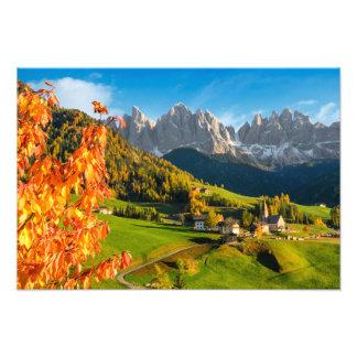 Foto Outono em uma paisagem das dolomites com igreja