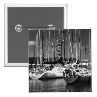 Foto preto e branco do barco da Pôr-n-Baía Bóton Quadrado 5.08cm