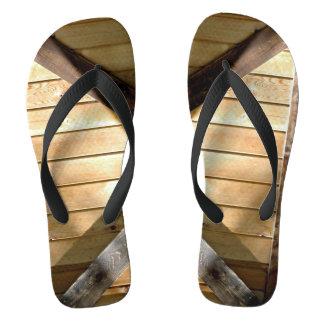 Fotografia dos conselhos de madeira em chinelos