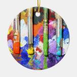 Fotografia em andamento da escova de pintura dos enfeite para arvore de natal