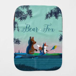 Fralda De Boca Urso bonito e Fox que kayaking em um rio selvagem