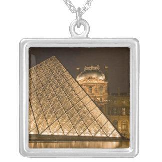 France, Paris. O Louvre no crepúsculo. Crédito 2 Colar Banhado A Prata