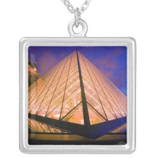 France, Paris. O museu do Louvre no crepúsculo. 2 Colar Banhado A Prata