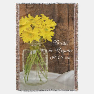Frasco de pedreiro e lance amarelo do casamento do throw blanket